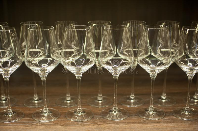 Γυαλιά για το κρασί σε έναν ξύλινο πίνακα στοκ φωτογραφίες με δικαίωμα ελεύθερης χρήσης