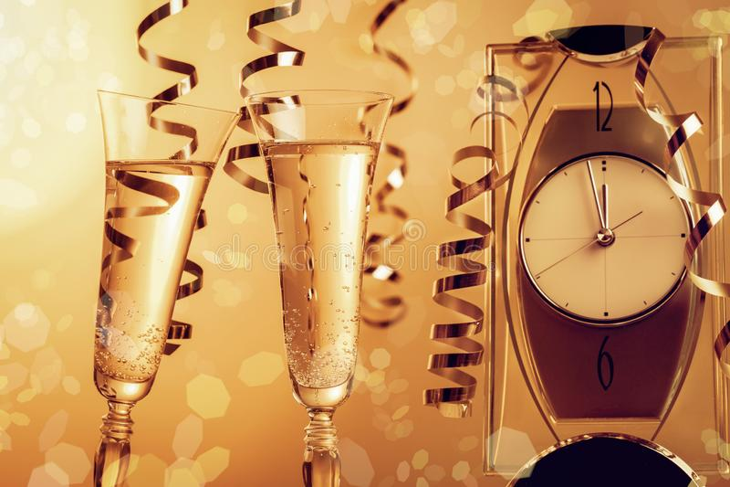 γυαλιά δύο σαμπάνιας Σύμβολο του νέου εορτασμού έτους ή Χριστουγέννων στοκ φωτογραφία με δικαίωμα ελεύθερης χρήσης