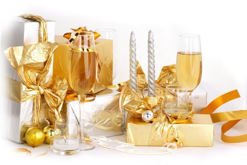 γυαλιά δώρων σαμπάνιας στοκ εικόνες με δικαίωμα ελεύθερης χρήσης