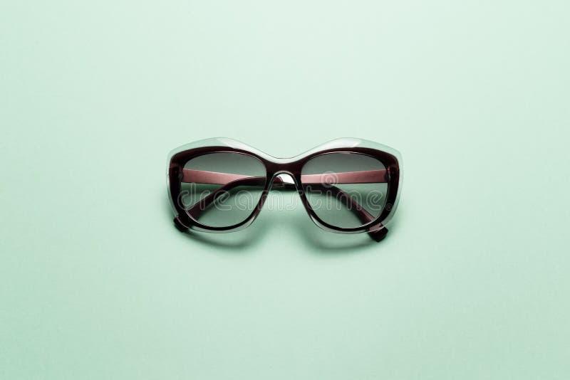 Γυαλιά ηλίου στο υπόβαθρο μεντών στοκ φωτογραφία με δικαίωμα ελεύθερης χρήσης