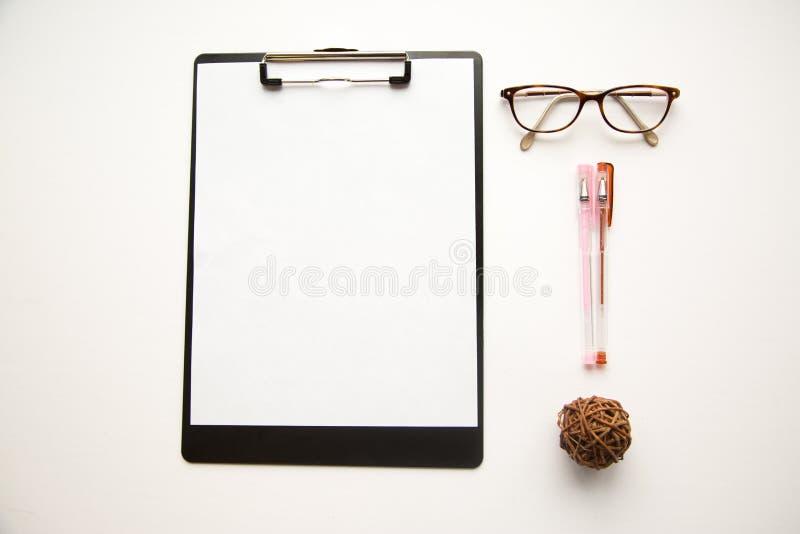 Γυαλιά και μάνδρες ματιών στο άσπρο υπόβαθρο στοκ φωτογραφίες