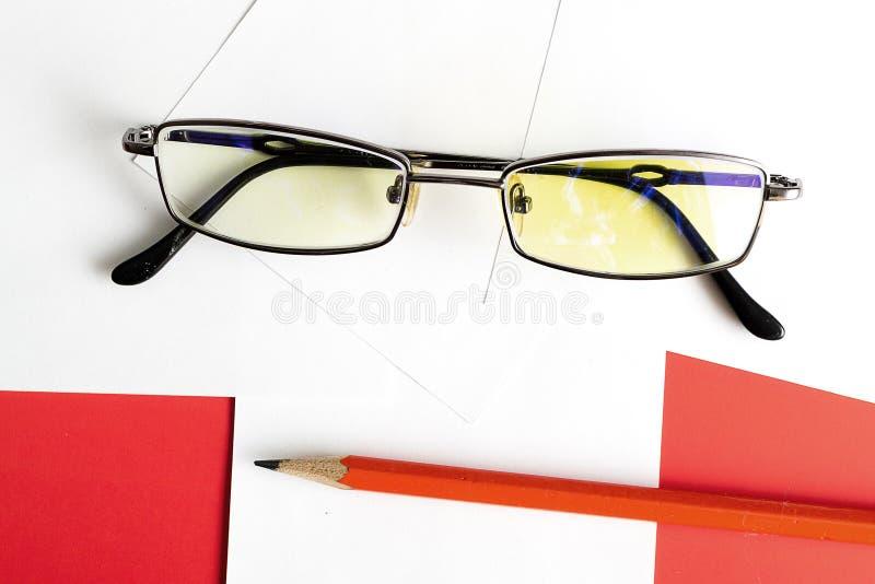 Γυαλιά και σημειώσεις για τις σημειώσεις με στοκ φωτογραφίες με δικαίωμα ελεύθερης χρήσης