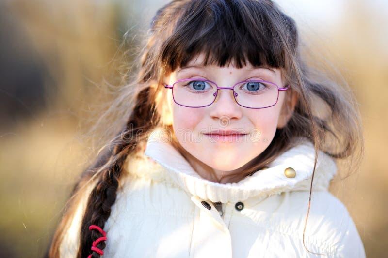 γυαλιά κοριτσιών παιδιών λίγο πορτρέτο στοκ εικόνα