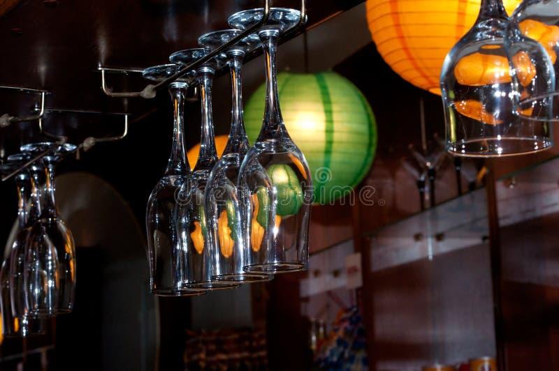 Γυαλιά κρασιού γυαλιού για το κρασί στο φραγμό στοκ φωτογραφίες
