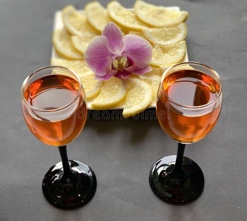 Γυαλιά κρασιού με το κονιάκ και λεμόνι με τη ζάχαρη Διακοπές, όμορφα πιάτα στοκ εικόνες