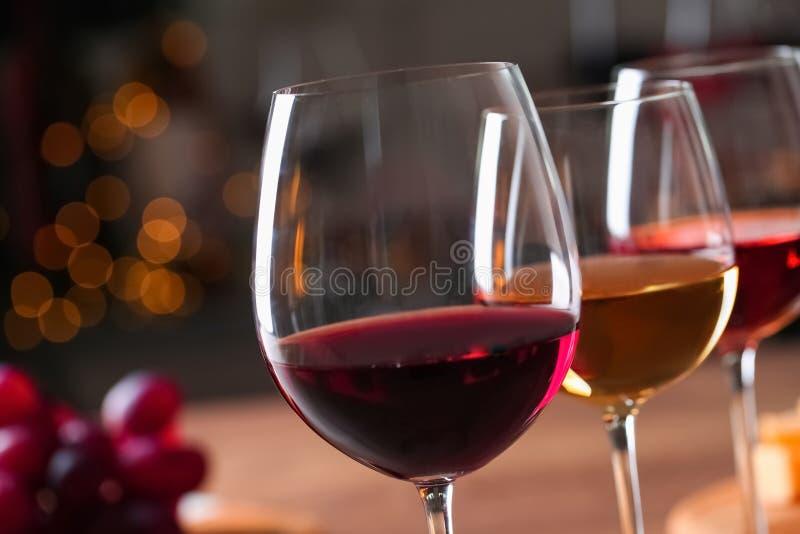 Γυαλιά με τα διαφορετικά κρασιά στο θολωμένο κλίμα στοκ εικόνες με δικαίωμα ελεύθερης χρήσης