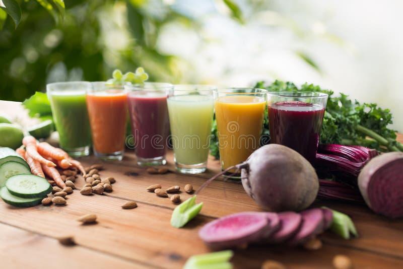 Γυαλιά με τα διαφορετικά φρούτα ή τους φυτικούς χυμούς στοκ εικόνα