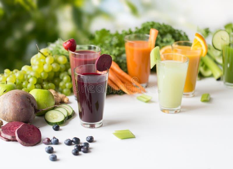 Γυαλιά με τα διαφορετικά φρούτα ή τους φυτικούς χυμούς στοκ εικόνες με δικαίωμα ελεύθερης χρήσης