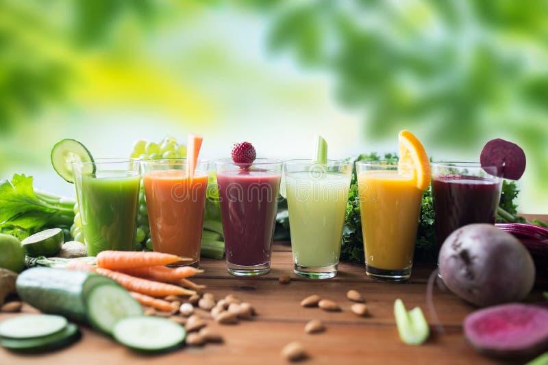 Γυαλιά με τα διαφορετικά φρούτα ή τους φυτικούς χυμούς στοκ φωτογραφία με δικαίωμα ελεύθερης χρήσης