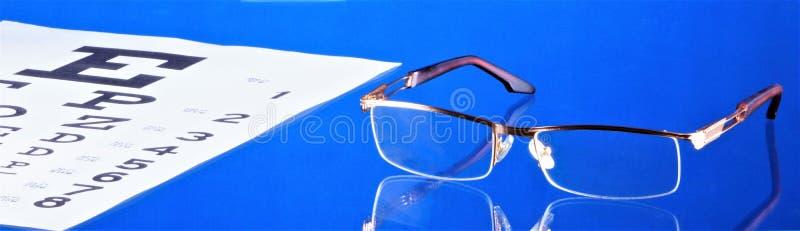 Γυαλιά με τον πίνακα δοκιμής διοπτρών και οπτικής οξύτητας Γυαλιά - οπτική συσκευή για τη διόρθωση οράματος Πίνακας με τα σύμβολα στοκ εικόνες