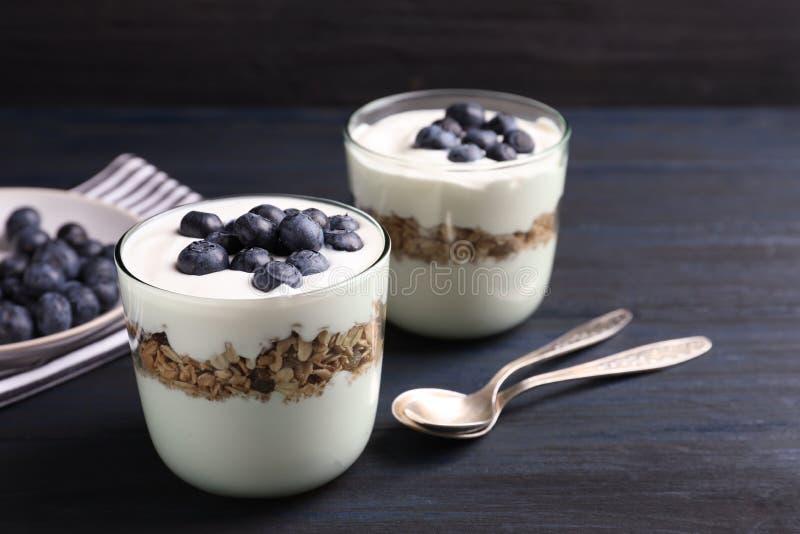 Γυαλιά με το γιαούρτι, τα μούρα και το granola στοκ εικόνες με δικαίωμα ελεύθερης χρήσης