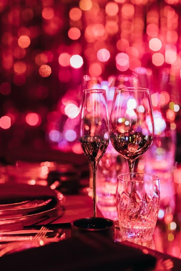 Γυαλιά ποτών στο θολωμένο φως για το κόμμα στοκ εικόνα με δικαίωμα ελεύθερης χρήσης