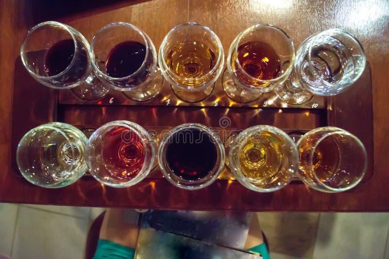Γυαλιά που γεμίζουν με το διάφορο κρασί στοκ εικόνα