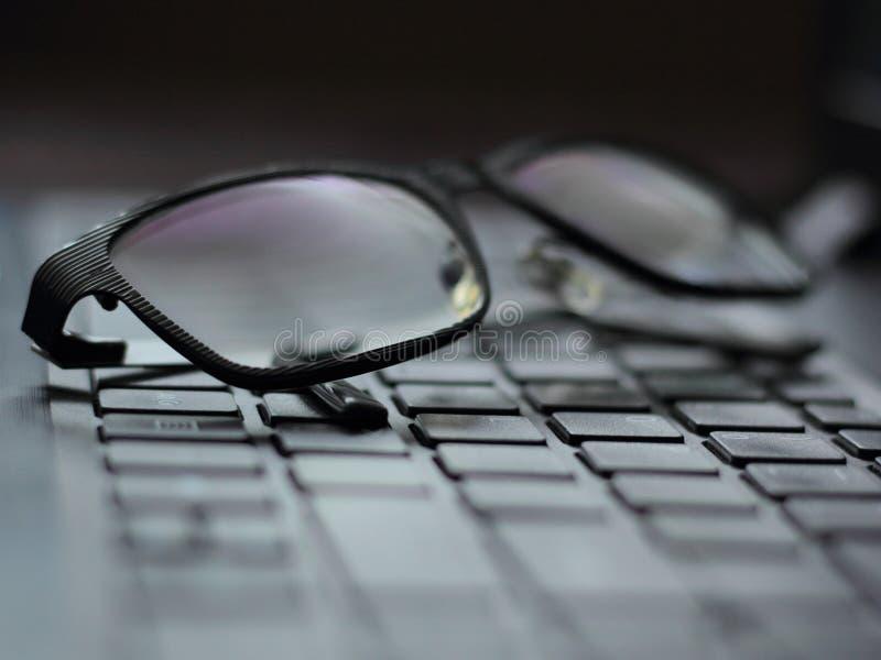 Γυαλιά σε ένα lap-top στοκ φωτογραφία
