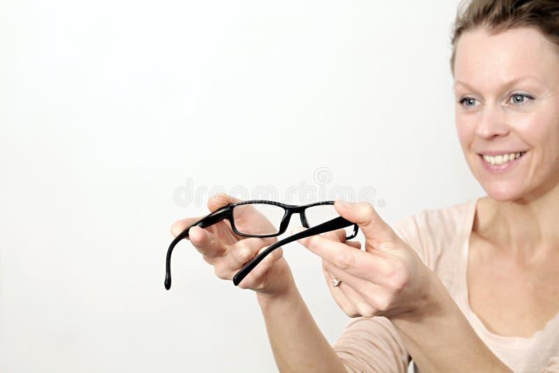 Γυαλιά στην επίδειξη με το άσπρο υπόβαθρο στοκ εικόνα με δικαίωμα ελεύθερης χρήσης