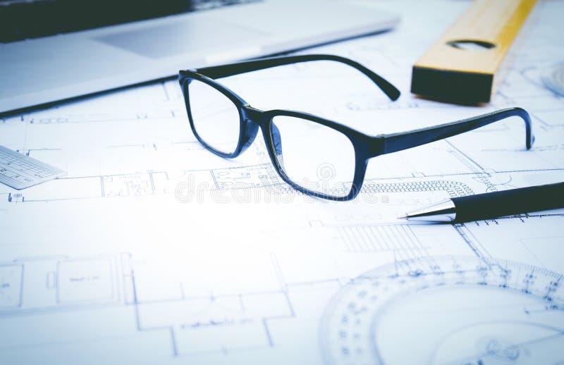 Γυαλιά στο σχέδιο σχεδίων Έννοια της αρχιτεκτονικής, κατασκευή στοκ φωτογραφίες με δικαίωμα ελεύθερης χρήσης