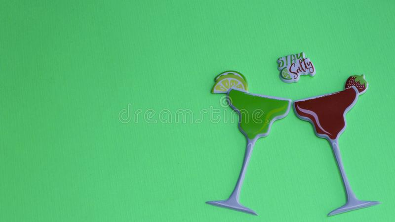 Γυαλιά της Μαργαρίτα σε ένα πράσινο υπόβαθρο στοκ φωτογραφία