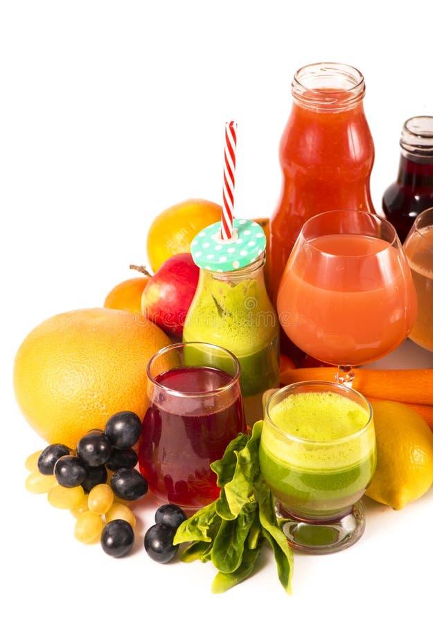 Γυαλιά τους φρέσκους οργανικούς χυμούς λαχανικών και φρούτων που απομονώνονται με στο λευκό στοκ εικόνες με δικαίωμα ελεύθερης χρήσης