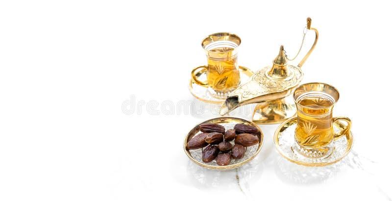 Γυαλιά τσαγιού χρυσή διακόσμηση φαναριών Οριεντική φιλοξενία Ραμαζάνι καρέμ στοκ φωτογραφία με δικαίωμα ελεύθερης χρήσης