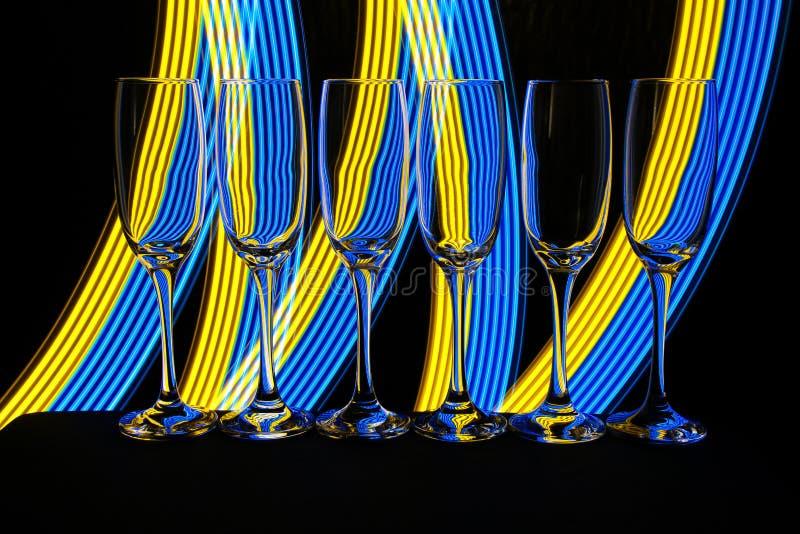 Γυαλιά CHAMPAGNE με το φως νέου πίσω στοκ φωτογραφία με δικαίωμα ελεύθερης χρήσης