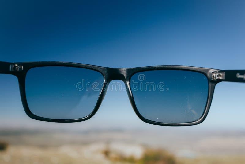 Γυαλιά Hipster στον ουρανό στοκ εικόνα