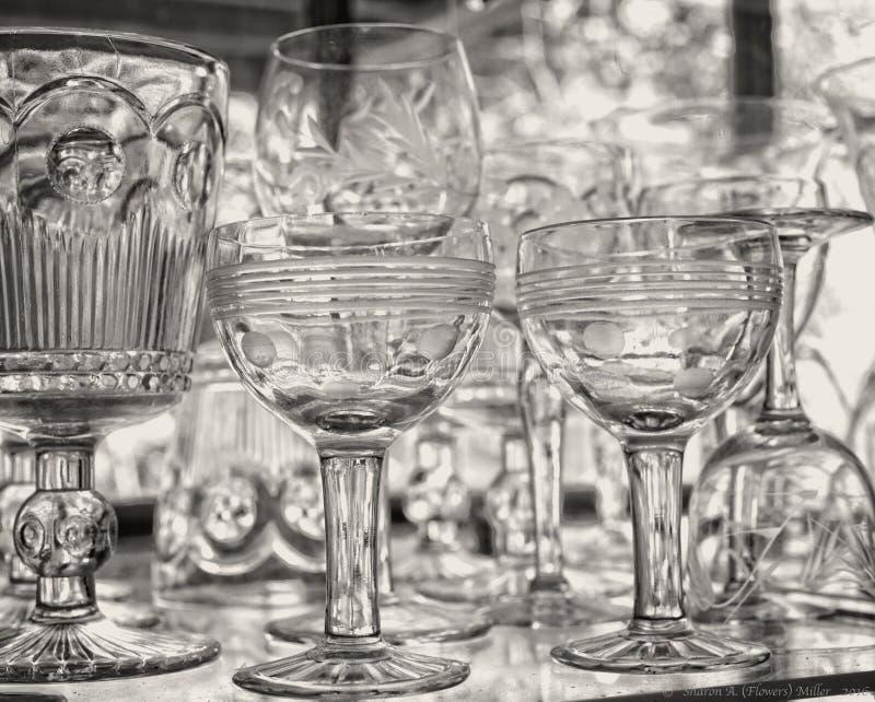Γυαλικά στα ράφια γυαλιού στο παράθυρο γυαλιού στοκ φωτογραφία με δικαίωμα ελεύθερης χρήσης
