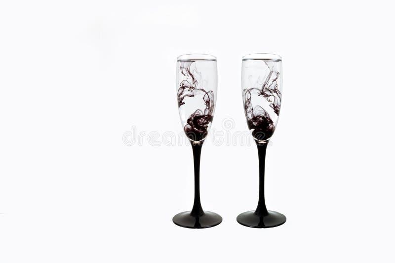 Γυαλιού μαύρη κρασιού άσπρη ράβδωση δύο καπνού χρωμάτων υποβάθρου στενή επάνω fougere στοκ εικόνες