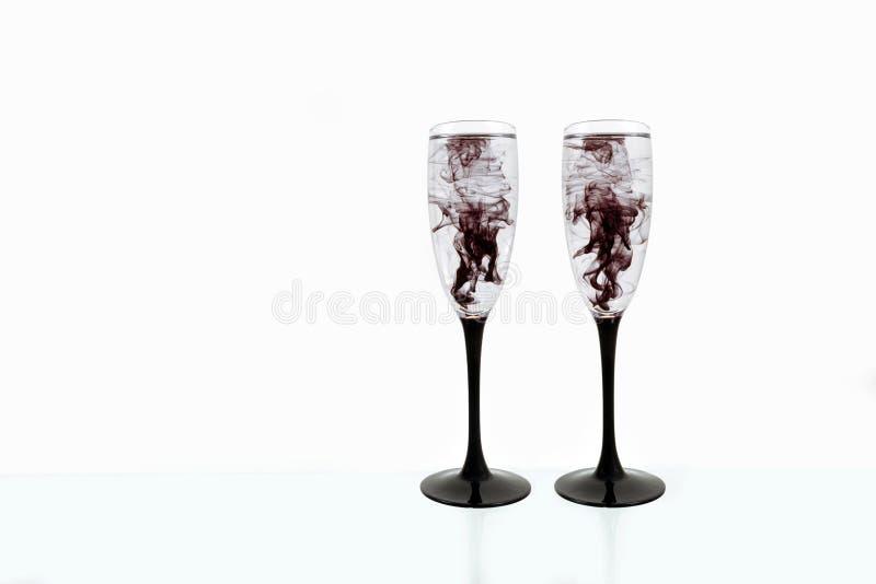 Γυαλιού μαύρη κρασιού άσπρη ράβδωση δύο καπνού χρωμάτων υποβάθρου στενή επάνω fougere στοκ εικόνα με δικαίωμα ελεύθερης χρήσης