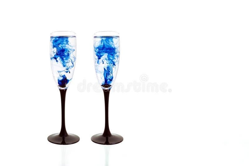 Γυαλιού μαύρη μπλε κρασιού άσπρη ράβδωση δύο καπνού χρωμάτων υποβάθρου στενή επάνω fougere στοκ φωτογραφία