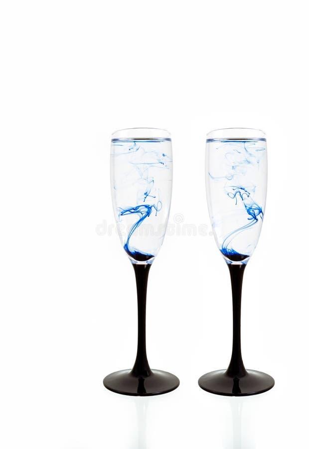 Γυαλιού μαύρη μπλε κρασιού άσπρη ράβδωση δύο καπνού χρωμάτων υποβάθρου στενή επάνω fougere στοκ εικόνα με δικαίωμα ελεύθερης χρήσης
