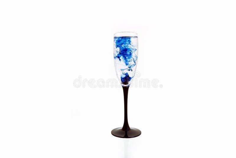 Γυαλιού μαύρη μπλε κρασιού άσπρη ράβδωση καπνού χρωμάτων υποβάθρου στενή επάνω fougere στοκ εικόνες με δικαίωμα ελεύθερης χρήσης