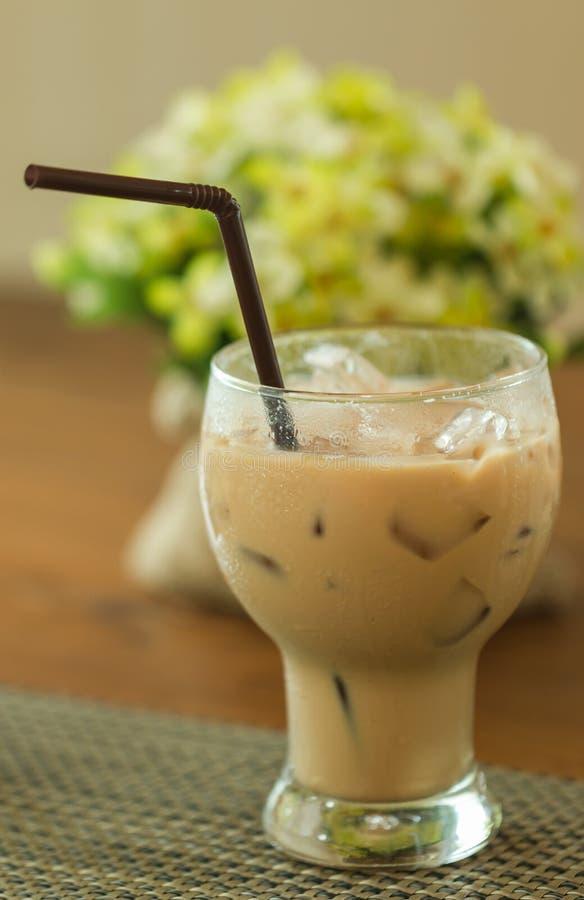Γυαλί καφέ πάγου με το άχυρο στοκ εικόνες με δικαίωμα ελεύθερης χρήσης
