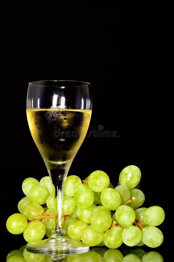 Γυαλί κρασιού και πράσινα σταφύλια στοκ εικόνα με δικαίωμα ελεύθερης χρήσης