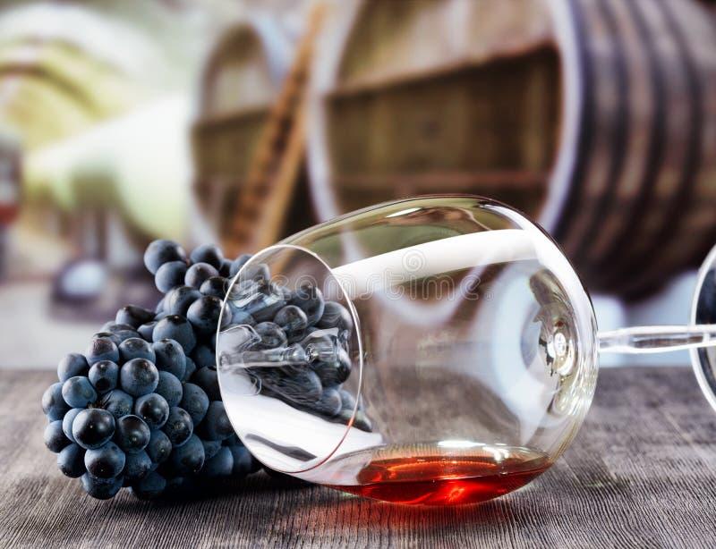 Γυαλί κρασιού με το σταφύλι στον ξύλινο πίνακα στοκ εικόνα