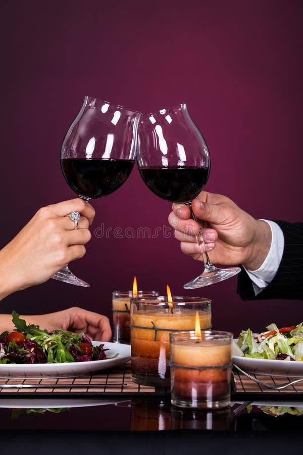 Γυαλί κρασιού ρίψης ζεύγους στοκ φωτογραφία