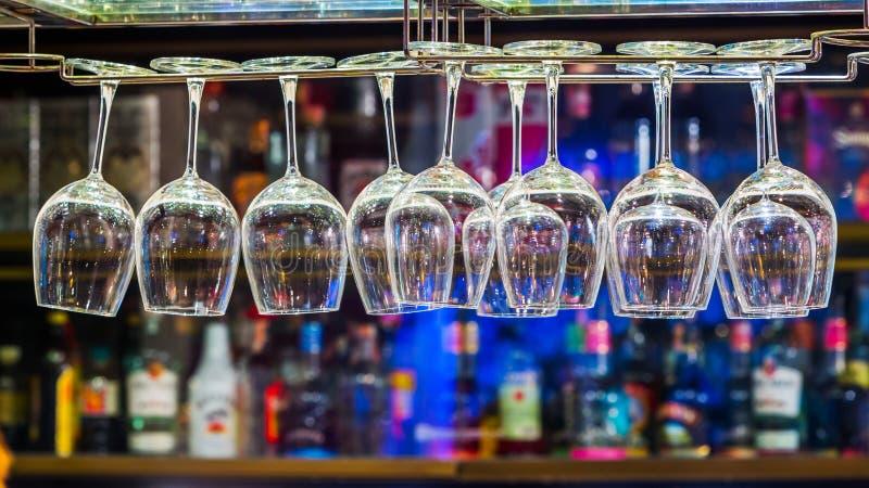 Γυαλί κρασιού στο ράφι στοκ φωτογραφία