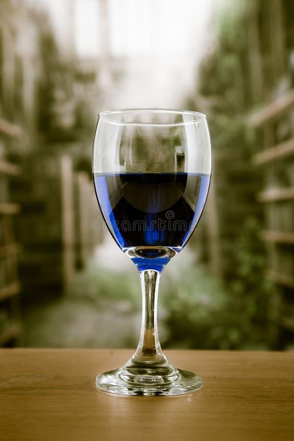 Γυαλί με το μπλε ποτό στοκ φωτογραφία με δικαίωμα ελεύθερης χρήσης
