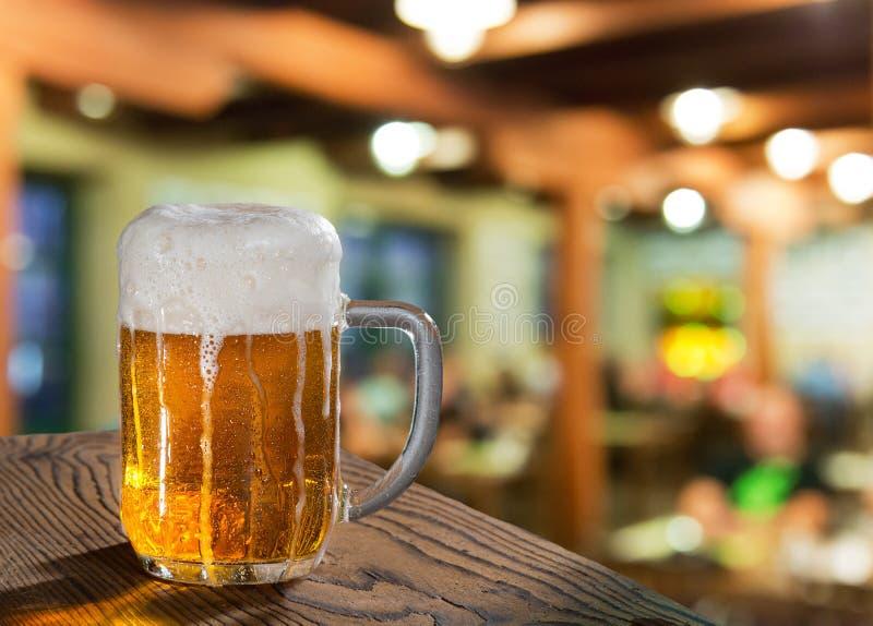 Γυαλί μπύρας στο μπαρ στοκ φωτογραφία με δικαίωμα ελεύθερης χρήσης