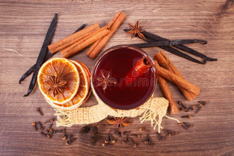 Download Γυαλί του θερμαμένου τυλιγμένου κρασί μαντίλι με τα φρέσκα ευώδη καρυκεύματα Στοκ Εικόνα - εικόνα από σάλι, σανίδα: 62715555