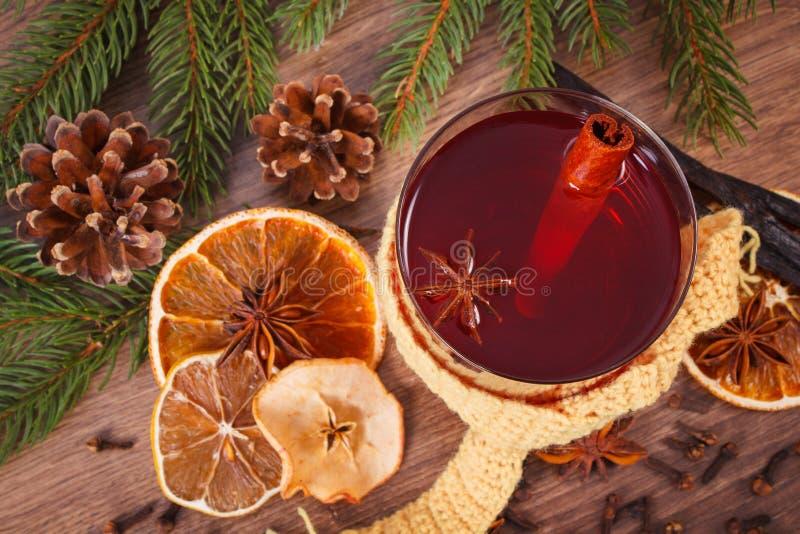 Download Γυαλί του θερμαμένου τυλιγμένου κρασί μαντίλι, των καρυκευμάτων και των κομψών κλάδων Στοκ Εικόνα - εικόνα από εύγευστος, μορφή: 62715513