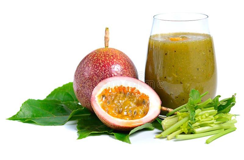 Γυαλί του υγιούς πράσινου καταφερτζή με τα συστατικά που απομονώνονται σε Whi στοκ εικόνα