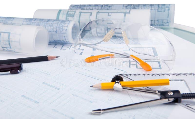 Γυαλιά ασφάλειας και εξοπλισμός γραψίματος του αρχιτέκτονα στοκ εικόνες
