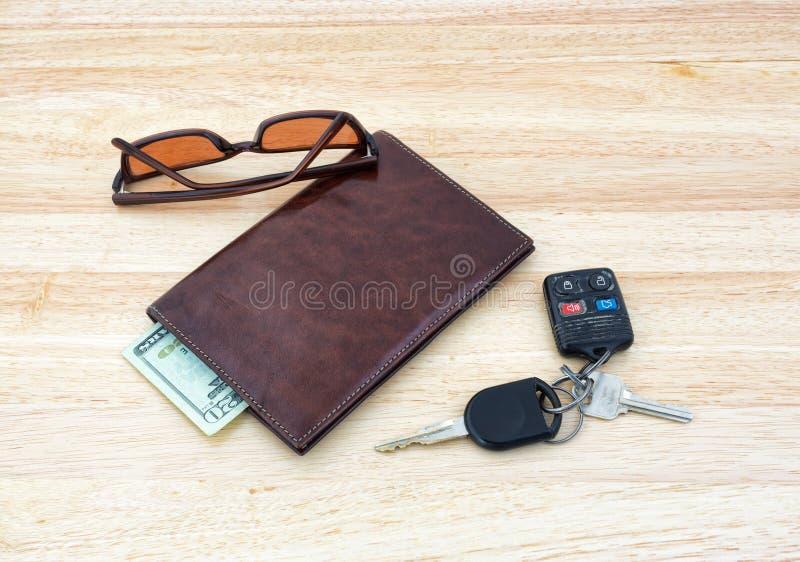 Γυαλιά ηλίου με τα κλειδιά και το πορτοφόλι αυτοκινήτων στοκ εικόνες