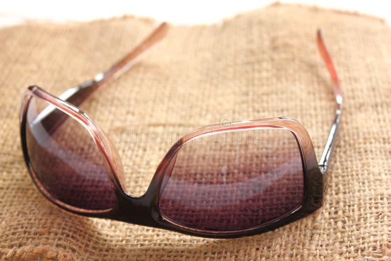Γυαλιά ηλίου προστασίας γυναικών σχεδίου στο υπόβαθρο στοκ φωτογραφία