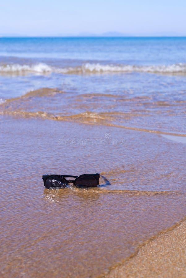 Γυαλιά ηλίου στην κινηματογράφηση σε πρώτο πλάνο παραλιών στοκ φωτογραφία με δικαίωμα ελεύθερης χρήσης