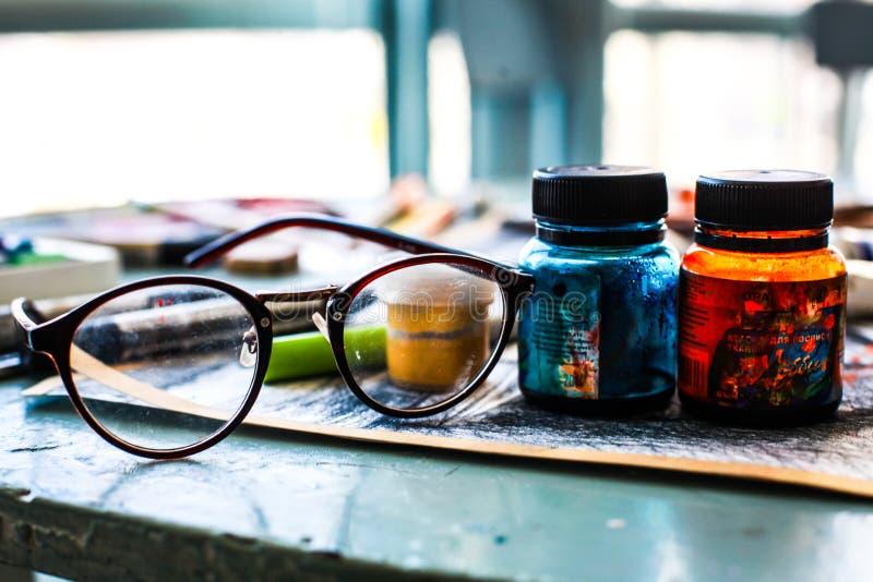 Γυαλιά και καλλιτέχνης χρωμάτων στοκ εικόνες