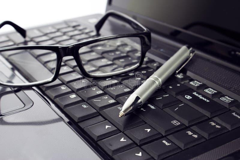 Γυαλιά και μάνδρα στο lap-top στοκ εικόνα