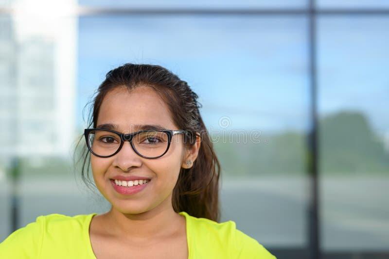 γυαλιά κοριτσιών που χαμογελούν την εφηβική φθορά στοκ φωτογραφίες με δικαίωμα ελεύθερης χρήσης
