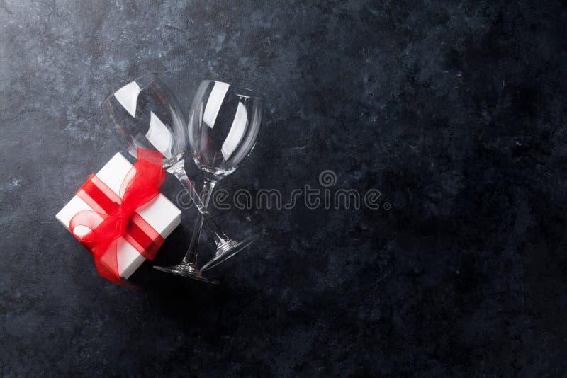Γυαλιά κρασιού και κιβώτιο δώρων στοκ φωτογραφία