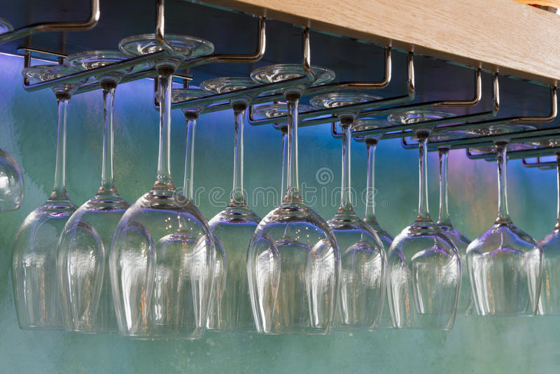 Γυαλιά κρασιού που κρεμούν σε ένα ράφι Stemware στοκ εικόνα